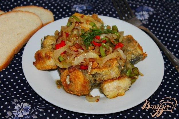 фото рецепта: Жареная нототения в кукурузной панировке с луком и перцем