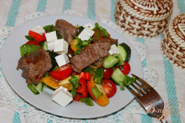 фото рецепта: Салат с жареной телятиной, овощами и сыром Фета