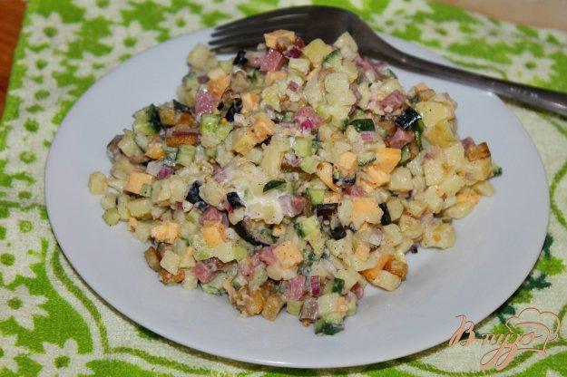 фото рецепта: Салат с картофелем, баклажаном, ветчиной и сыром