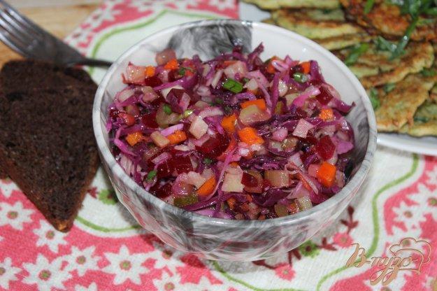 фото рецепта: Салат из свеклы с маринованной капустой и грибами