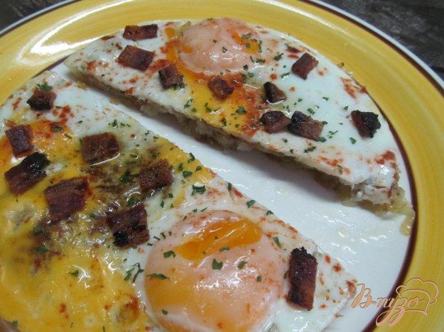 фото рецепта: Яйца на  хашбрауне со сладким беконом