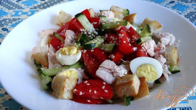 фото рецепта: Салат с курицей, перепелиными яйцами и гренками