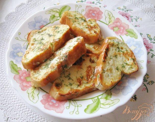 фото рецепта: Гренки с чесноком, сухим базиликом и укропом