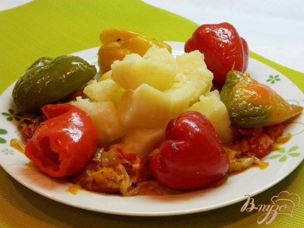фото рецепта: Отварной картофель с подливой из перцев  с сосисками и овощами