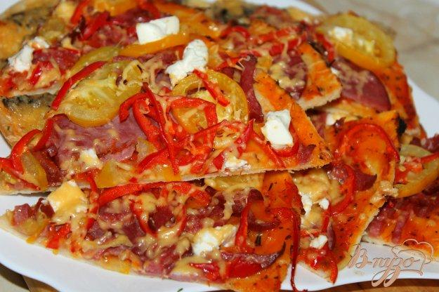 фото рецепта: Пицца с ветчиной, овощами и фетой