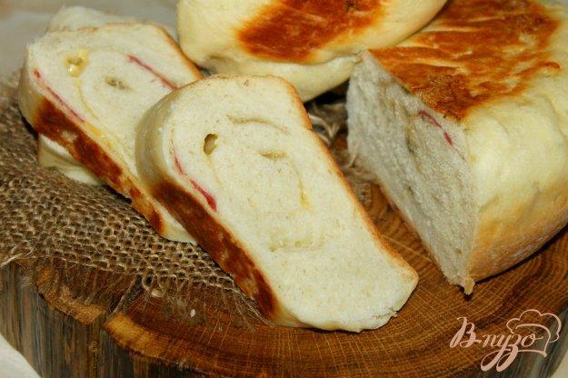 фото рецепта: Хлебный рулет с сыром и сырокопченой колбасой