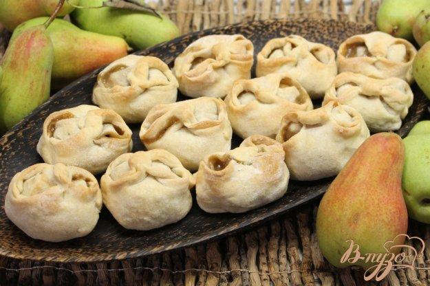 фото рецепта: Слойки с грушей, орехами и семенами льна
