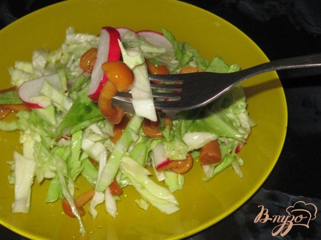 фото рецепта: Салат из молодой капусты с маринованными опятами