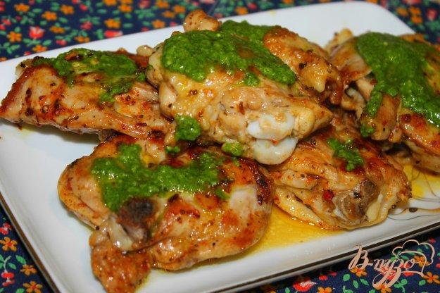фото рецепта: Куриные бедра с сыром в соусе Песто