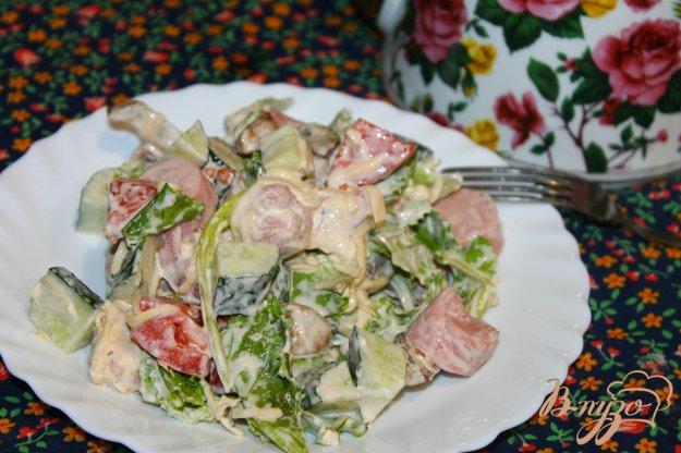 фото рецепта: Салат с сосисками и жареными шампиньонами
