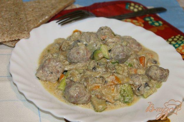 фото рецепта: Свино - говяжьи фрикадельки с овощами в соусе
