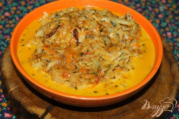 фото рецепта: Тушеная капуста с грибами и кабачком в томатно - сметанном соусе