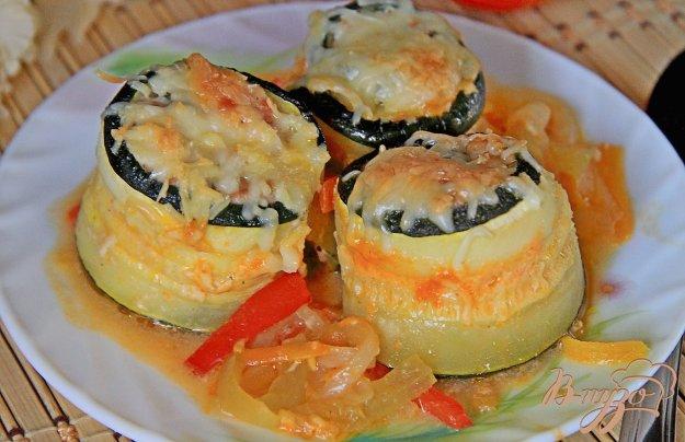 фото рецепта: Запеченные рулетики из кабачков с куриным филе и овощами