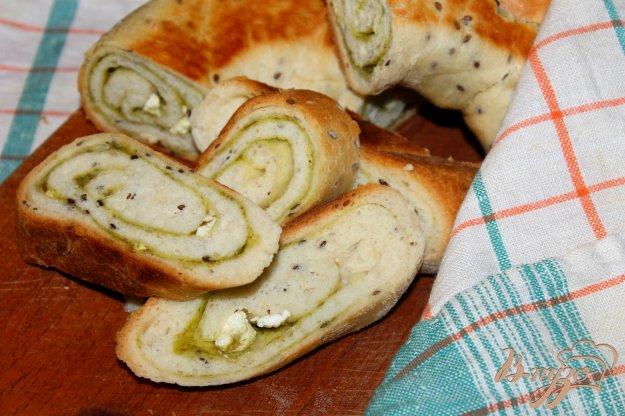 фото рецепта: Хлебный рулет с семенами льна, соусом песто и фетой