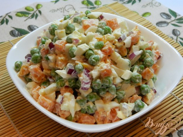 фото рецепта: Салат  из яиц, моркови и зеленого горошка