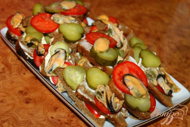 фото рецепта: Угощение для гостей в виде канапе с маринованными мидиями и овощами