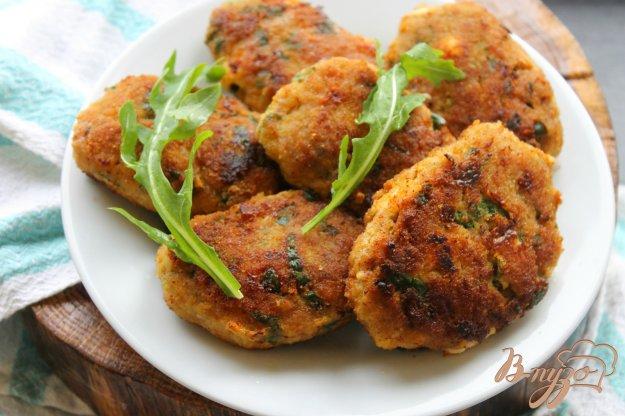 фото рецепта: Мясные котлеты с кусочками плавленого сыра и шпината