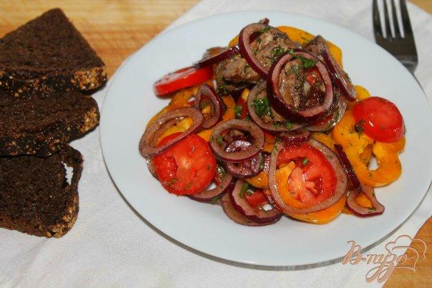 фото рецепта: Салат с куриной печенью, овощами и маринованным луком