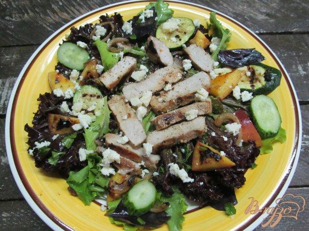 фото рецепта: Жареный стейк с персиком и кабачком