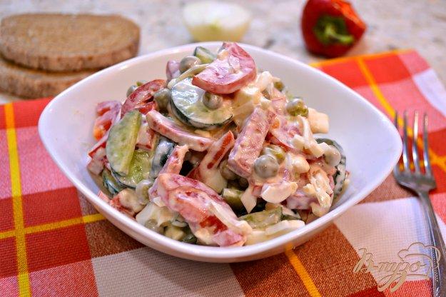фото рецепта: Салат из овощей с колбасой, яйцом и горошком