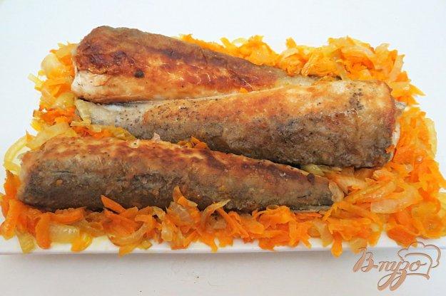 фото рецепта: Хек жареный, с луком и морковью