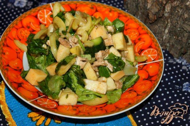 фото рецепта: Салат из отварной курицы, яблок и шпината
