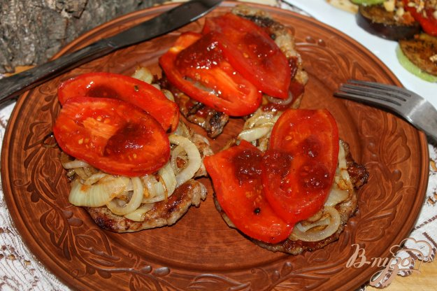 фото рецепта: Свиные отбивные с помидорами и сливовым соусом