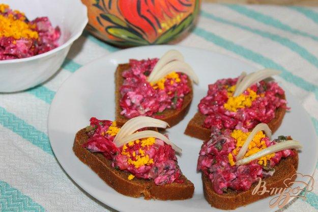 фото рецепта: Свекольная закуска с пряной салакой и яйцом