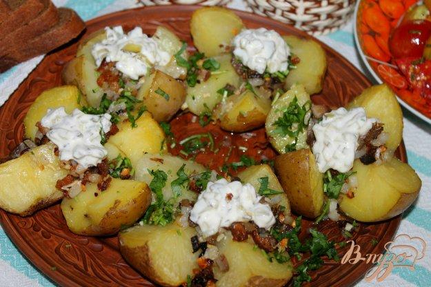 фото рецепта: Печеный картофель с копченым салом, луком и соусом