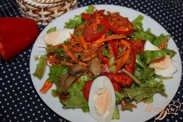 Салат с маринованными шампиньонами, отварным яйцом и морковью