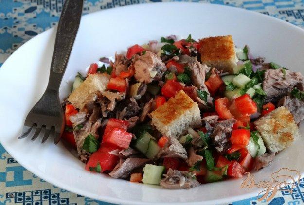 фото рецепта: Салат с тунцом и гренками
