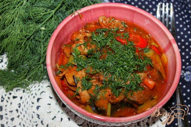 фото рецепта: Тушеная грудка утки с перцем и баклажаном в томатном соусе