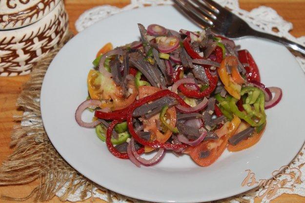 фото рецепта: Салат с отварными куриными желудками, помидорами и чили