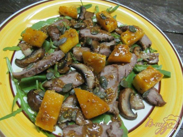 фото рецепта: Салат из утиной грудинки с тыквой и грибами