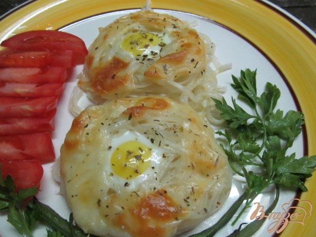 фото рецепта: Гнезда из макарон с яйцом под сырной корочкой