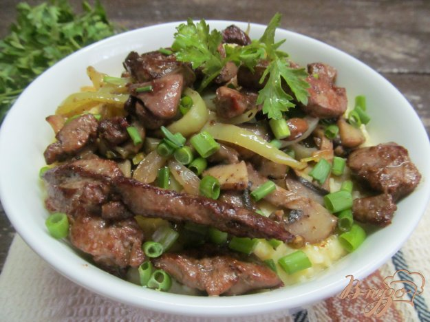 фото рецепта: Полента с жареными овощами и куриной печенью