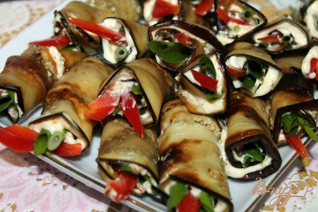 фото рецепта: Баклажанные рулеты с перцем и зеленым луком