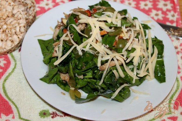 фото рецепта: Салат с виноградом, сыром и курицей