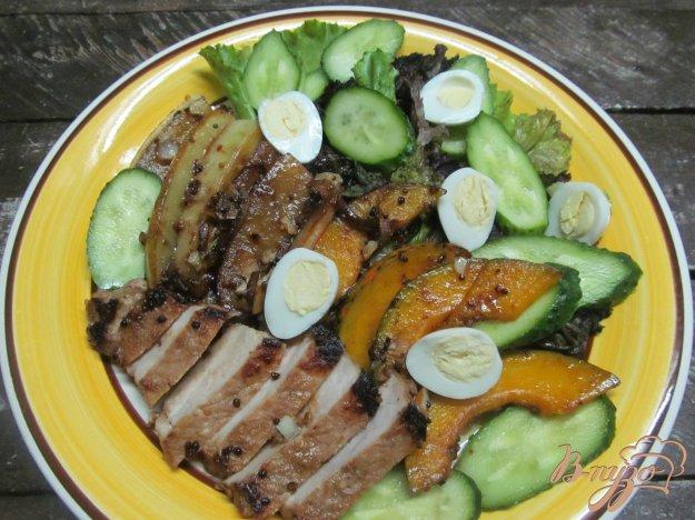 фото рецепта: Теплый салат из свиного стейка с дыней и тыквой