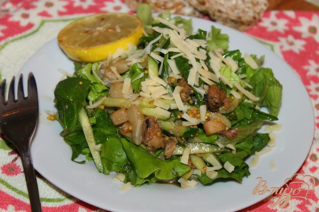 фото рецепта: Свежий салат с мидиями и кальмарами