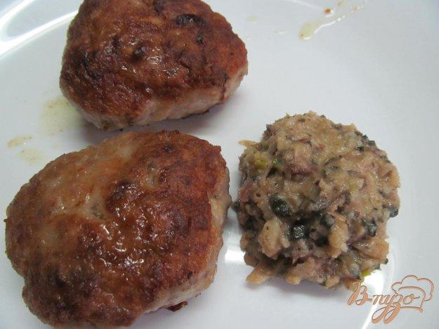фото рецепта: Свиные котлеты с сыром под соусом из фасоли