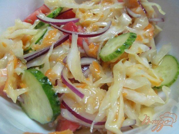 фото рецепта: Салат из квашеной капусты со свежими овощами
