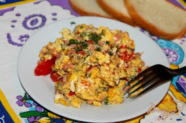 фото рецепта: Яичница - болтунья с помидорами, вареной колбасой и луком