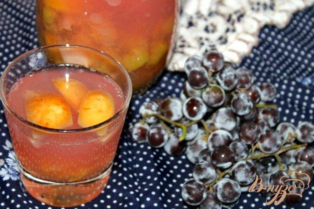 фото рецепта: Фруктовый компот с виноградом и мятой