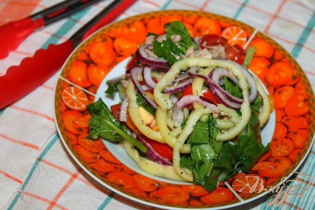 фото рецепта: Салат с тунцом, шпинатом и перцем