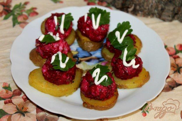фото рецепта: Картофельная закуска со свеклой и рыбой