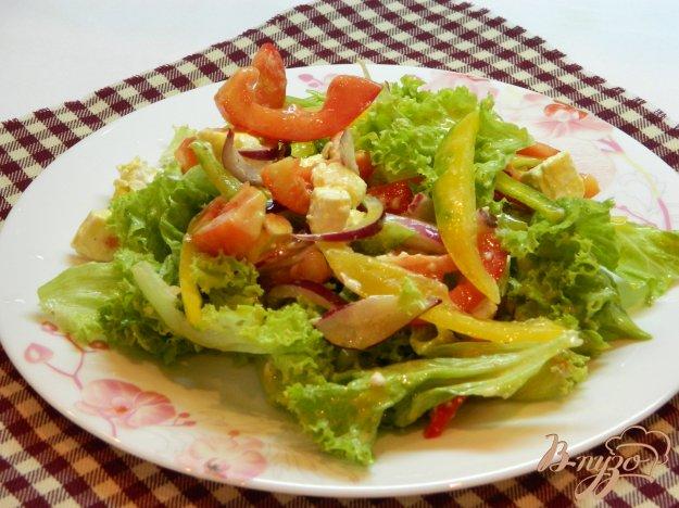 фото рецепта: Салат из листьев салата с болгарским перцем и сыром фета
