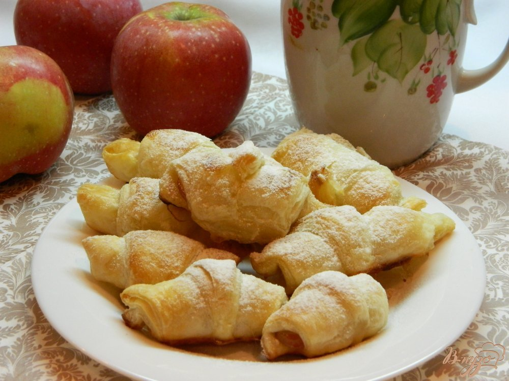 Фото приготовление рецепта: Рогалики из слоеного теста с яблоками шаг №7