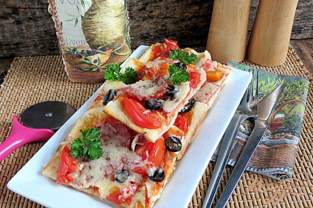 фото рецепта: Пицца на дрожжевом тесте, на молоке с колбасой и моцарелой