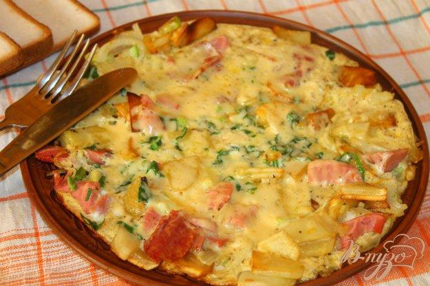 фото рецепта: Жареный картофель с колбасой и сыром в яичной заливке